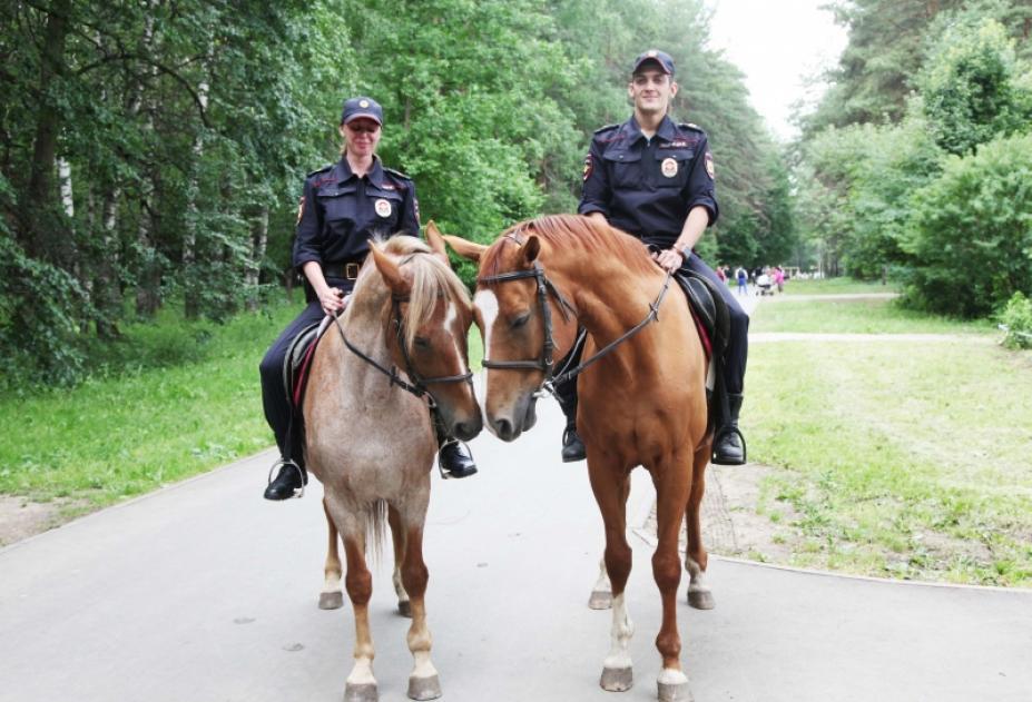 Конный патруль в парке.