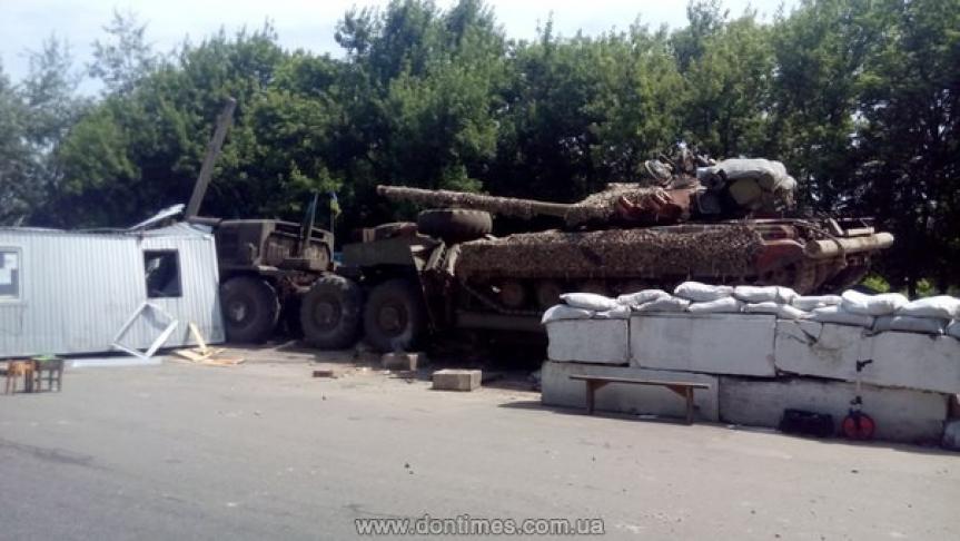 Наоккупированном ВСУ Донбассе танк натягаче снес украинский блокпост