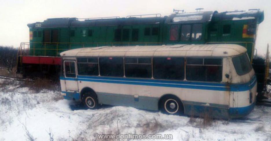 Автобус сшахтерами столкнулся споездом вДонецкой области